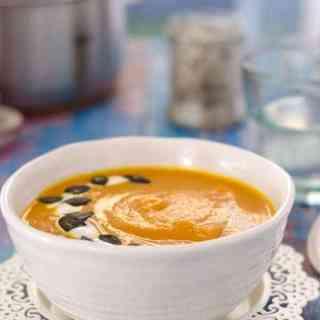 leichte Kürbis-Karottensuppe mit rotem Curry