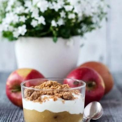Kalorienarmer No-Bake-Cheesecake mit Apfelkompott und Vanillestreuseln (Werbung)