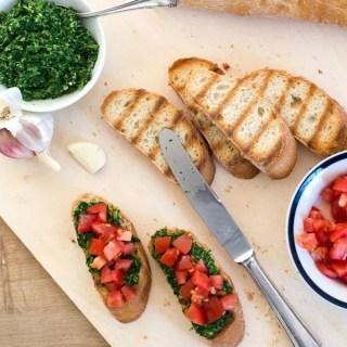 Bruschetta mit Tomaten und kalorienreduziertem Spinatpesto