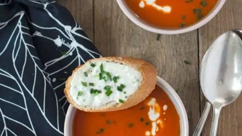 fruchtig frische Paprika-Orangensuppe mit Schafskäsecrostini