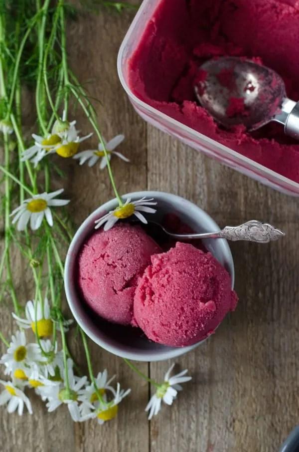 Himbeer-Sherbet mit Holunderblütensirup. Nur 5 Zutaten, absolut kalorienarm und unfassbar lecker!