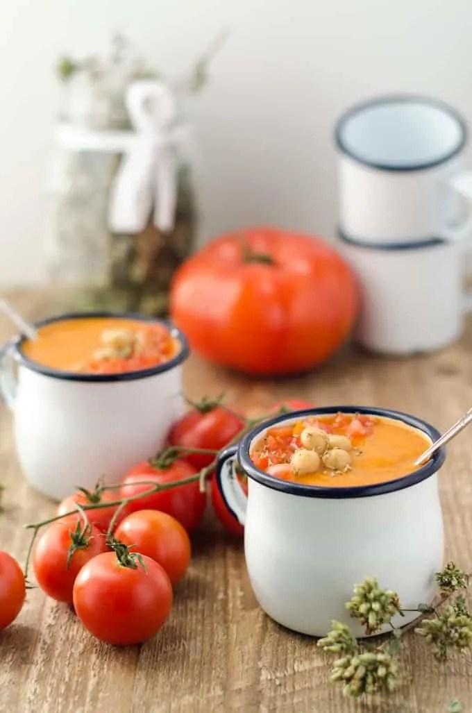 Sämig, fruchtige Gebackene Kichererbsen-Tomatensuppe. Einfache Zubereitung, tolle Aromen und natürlich kalorienarm!