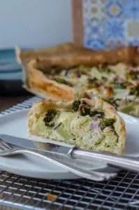 kalorienarm und viel Protein: Brokkoliquiche mit Ricotta, Feta und Schinkenwürfeln. www.einepriselecker.de