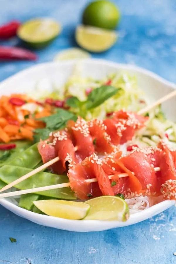 Asiatischer Glasnudelsalat mit Wildlachs und Gemüse