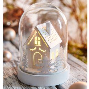 Stimmungsvolle Glaskuppel mit winterlich beleuchteter Szene aus Holz im Inneren. Mit drei warm-weißen LEDs, nur für den Innenbereich geeignet, Batterien: 3 x 1,5 VMignon (nicht inkl.) , Maße: ca. Ø 12,5 x Höhe 18 cm, Gewicht: ca. 0,41 kg, Material: Holz, Glas.<br>