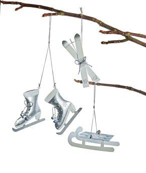 Deko-Hänger in Form von Wintersportgeräten. Maße: je ohne Hänger:, Schlitten ca. L6 x B4,2 x H14,5 cm, Skier ca. L5,5 x B3 x H16 cm , Schlittschuhe ca. L10 x Bx1,5 x H10 cm, Material: Eisen.<br>