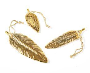 Ein besonderer Hingucker sind diese goldfarbenen, dekorativen Federn mit Hänger. Maße: Klein ca. L10,5 x B3,5 cm, mittel ca. L12,5 x B3,6 cm, groß ca. L14,4 x B4,6 cm, Material: Porzellan.<br>