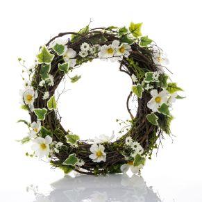 Der dezente Kranz wirkt wie selbst gepflückt. Mit weißen Blüten und Efeuranken, Maße: ca. 40 cm Ø, Gewicht: ca. 0,8 kg, Material: Kunststoff, Rattan.<br>