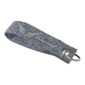 Trendiger Schlüsselanhänger mit liebevollem Druck. Maße: ca. L14 x B3 cm, Material: Filz, mit Schlüsselring.<br>