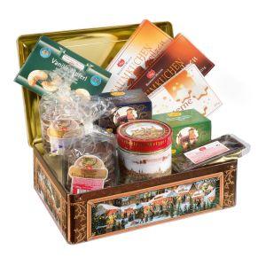 Dieses Geschenk-Set beinhaltet 10 verschiedene Köstlichkeiten. 1 Dose Elisen-Lebkuchen sortiert 300 g, 1 Pac kg. Elisen-Lebkuchen schokoliert 175 g , 1 Pac kg. Elisen-Lebkuchen glasiert 175 g, 1 Btl. Elisen-Lebkuchen schokoliert 250 g, 1 Btl. Elisen-Lebkuchen sortiert 250 g, 1 Packg. Vanille Kipferl 100 g, 1 Packg. Baumkuchenspitzen mit Rum 125 g, 1 Packg. Baumkuchenspitzen mit Orangenlikör 125 g, 1 Packg. Nuss-Sterne 125 g, 1 Packg. Domino-Steine 125g, Maße: ca. 38 x 26 x 13,5 cm, Gewicht: ca. Inhalt Netto 1750 g. Zutaten: Feinste Nürnberger Oblaten-Lebkuchen glasiert und schokoliert, bei schokolierten Lebkuchen 10% Schokolade: Ölsamen 25% (Haselnüsse, Walnüsse, Mandeln), Zucker, Orangeat (Orangenschalen, Glukose-Fruktose-Sirup, Zucker), Weizenmehl, Marzipan (Mandeln, Zucke. Nährwertangaben: Baumkuchen mit Orangenlikör: Energie 1963 kJ (470 kcal); Fett 27,2g, davon gesättigte Fettsäuren 16,6g; Kohlenhydrate 46,4g, davon Zucker 39,9g; Eiweiß 6,2g; Salz 0,24g. Baumkuchenspitzen mit Rum: Energie 1960 kJ (471 kcal); Fett 29,2g, davon gesättigte Fettsäuren 18g; Kohlenhydrate 40,9g, davon Zucker 32,4g; Eiweiß 5,8g; Salz 0,31g. Elisen-Lebkuchen: Energie 1944 kJ (972 kcal); Fett 23,3g, davon gesättigte Fettsäuren 6g; kohlenhydrate 53,1g, davon Zucker 35,3g; Eiweiß 9,8g; Salz 0,18g. Vanille Kipferl: Energie 2157 kJ (516 kcal); Fett 26,9g, davon gesättigte Fettsäuren 13,5g; Kohlenhydrate 61,7g, davon Zucker 20,6g; Eiweiß 6,2g; Salz 0,17g. Domino-Steine: Energie 1634 kJ (388 kcal); Fett 9,8g, davon gesättigte Fettsäuren 4,6g; Kohlenhydrate 70,3g, davon Zucker 56,2g; Eiweiß 3,3g; Salz 0,14g. Nuss-Sterne: Energie 1898 kJ (453 kcal); Fett 20,5g, davon gesättigte Fettsäuren 1,9g; Kohlenhydrate 56,3g, davon Zucker 47,7g; Eiweiß 8,5g; Salz 0,1g.. Allergiehinweis: Feinste Nürnberger Oblaten-Lebkuchen glasiert und schokoliert: Kann Spuren von Erdnüssen und Milch enthalten. Elisen-Lebkuchen Nr. 5, schoko: Kann Spuren von Erdnüssen enthalten. Elisen-Lebkuchen Nr. 5, glasiert: Kann Spur