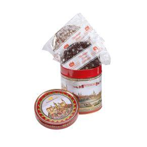 Dieses Präsent setzt auf Tradition, gefüllt mit 300g Nürnberger Elisen-Lebkuchen. Maße: ca. 11 x 11 x 12,5 cm. Zutaten: Feinste Nürnberger Oblaten-Lebkuchen glasiert und schokoliert, bei schokolierten Lebkuchen 10% Schokolade: Ölsamen 25% (HASELNÜSSE, WALNÜSSE, MANDELN), Zucker, Orangeat (Orangenschalen, Glukose-Fruktose-Sirup, Zucker), WEIZENMEHL, Marzipan (MANDELN, Zucker, Invertzuckersirup), Zitronat (Zitronenschalen, Glukose-Fruktose-Sirup, Zucker), Backoblaten (WEIZENMEHL, Wasser), Kakaomasse, VOLLEIPULVER, Feuchthaltemittel: Sorbit; Feigen, Aprikosen, Glukose-Fruktose-Sirup, Gewürze, Honig, Backtriebmittel: Natriumhydrogencarbonat; Kakaobutter, WEIZENSTÄRKE, Kartoffelstärke, Salz, Verdickungsmittel: Gummi arabicum; Säuerungsmittel: Citronensäure; Emulgator: SOJALECITHINE.. Allergiehinweis: Kann Spuren von Erdnüssen und Milch enthalten<br>