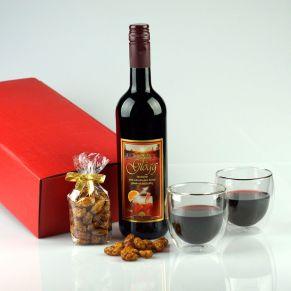 Geschenkset. 1 Flasche 0,75 l Vin Glögg 11,5%vol., nach original schwedischem Rezept, 100 g feuergebrannte Mandeln in Klarsichttüte mit Schleife, 2 handgearbeitete doppelwandige Thermogläser in roter Geschenkverpackung, farbig ausgelegt. Zutaten: Vin Glögg 0,75 l: 11,5 %vol., Mandeln: Zucker, MANDELN (44%), Verdickungsmittel: Gummi arabicum, Vanilleextrakt, Karamellsirup, pflanzliches Öl (Raps), Salz.. Allergiehinweis: Vin Glögg 0,75 l: enthält SULFITE Mandeln: Kann Spuren von Erdnüssen und Schalenfrüchten enthalten.<br>