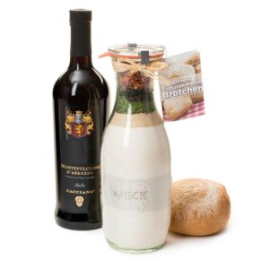 Das Set besteht aus 1 Backmischung Oliven-Tomaten-Panini-Brötchen&apos; in einer großen 1062-ml-Weckflasche (dazu benötigen man noch ca. 500 ml lauwarmes Wasser) und einer Flasche Wein, dieser Wein passt besonders gut zu Pasta, mildem Käse, Pizza und Gemüse. Kühl und trocken lagern. Backmischung für ca. 35 Brötchen, inhalt: 780 g, mit Zubereitungsempfehlung, 1 Flasche Montepulciano d´Abruzzo DOC, 0,75 l, in geschmackvoller Schmuckflasche, ein Wein mit guter Balance zwischen Frucht und seidigem Holz und kirschroter Farbe: die eingebundenen Tannine geben ihm ein ausdrucksvolles Aroma, im Umkarton bruchsicher und versandfertig verpackt. Zutaten: WEIZENMEHL, ROGGENMEHL, Tomaten (getrocknet) (4,8%), Trockenhefe, jodiertes Speisesalz, Trockensauerteig, Oliven (getrocknet) (1,6%), Zucker, Schnittlauch, Petersilie, Kräuter. Allergiehinweis: Kann Spuren von Schalenfrüchten, Sesam enthalten.<br>
