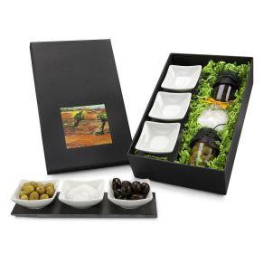 Ein dekoratives Präsent. Drei Schälchen auf Schieferplatte, servierfertig kombiniert mit Oliven in schwarz und grün (je 100 ml), ein Tütchen Salz, in schwarzem Geschenkkarton, Maße: ca. L43 x B21 x H11 cm. Zutaten: Oliven schwarz in Lake, Meersalz grob, Oliven grün in Lake. Nährwertangaben: Oliven schwarz in Lake: Brennwert 735 kJ (176 kcal); Fett 15g, davon gesättigte Fettsäuren 2,28g; Kohlenhydrate 5,7g, davon Zucker 0,06g; Eiweiß 0,6g; Salz 0g, , Oliven grün in Lake: Brennwert 760 kJ (182 kcal); Fett 13g, davon gesättigte Fettsäuren 0g; Kohlenhydrate 1,2g, davon Zucker 0g; Eiweiß 4,9g; Salz 0g. Allergiehinweis: Kann Spuren von Senf, Sesam und Sellerie enthalten.<br>
