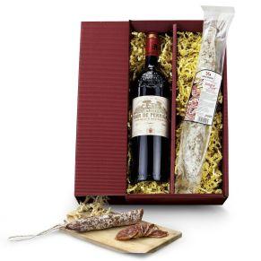 Geschenkset. Eine Flasche französischer Rotwein Bordeaux Supérieur Rouge (0,75 l), eine herzhafte spanische Salami Fuet (175 g), verpackt im Geschenkkarton, Maße: ca. L43 x B21 x H19 cm. Zutaten: Span. Salchichon Fuet 170g: Schweinefleisch, Laktose, Kochsalz, Dextrose, Gewürze, Antioxidationsmittel E316, Konservierungsstoff E252, E250. Allergiehinweis: Château Tour de Perrigal Bordeuaux Supérieur Rotwein: Enthält Sulfite Span. Salchichon Fuet: Enthält Milch und Lactose. Kann Spuren von Soja enthalten<br>