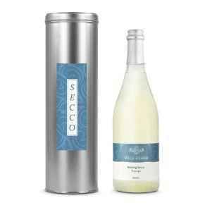 Eine weiß-satinierte Flasche Riesling Secco  gekühlt ein Hochgenuss. Stilvoll verpackt in Silberdose mit passendem Etikett, Maße: ca. L43 x B11 x H31 cm. Allergiehinweis: Enthält Sulfite<br>