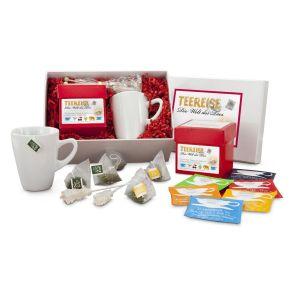 Mit dieser schönen Teebox können Sie auf Tee-Reise gehen: 12 Pyramidenbeutel nehmen Sie mit: Kalahari Rooibos, Dschungelblüte Früchtetee, 7 grüne Kostbarkeiten Grüntee, Earl Grey Schwarztee, Darjeeling Schwarztee, Schietwetter Kräutertee. 2 Kandissticks und ein Tee-Becher komplettieren das stimmungsvolle Set! Lieferung erfolgt in einem weißem Geschenkkkarton mit grünem Dekomaterial. Gewicht: ca. 950 g. Zutaten: Kandisstick. , Teereise Box: Kalahari (Rooibos): Rooibos, Orangenschalen, Lemongras, Malvenblütenblätter, Aroma , Dschungelblüte (Früchtetee): Apfel, Hibiscus, Hagebutte, Ananas (Ananas, Zucker), Mango (Mango, Zucker), Sonnenblumen- und Malvenblütenblätter, Aroma. , 7 Grüne Kostbarkeiten (Grüntee): Sencha, Gunpowder, Chun Mee, Pai Mu Tan, Pi Lo Chun, Erdbeerstücke, Sonnenblumenblätter, Aroma. , Earl Grey (Schwarztee): Tee, natürliches Bergamotte-Öl. , Darjeeling FTGFOP Finest First Flush (Schwarztee): Feinster Darjeeling aus den Hochlagen des Himalayas , Schietwettertee (Kräuter): Brombeerblätter, Thymian, Basilikum, Himbeerblätter, Hagebutte, Holunderblüten, Königskerzenblüten, Anis, Pfefferminze, Fenchel, Birke, Löwenzahn, Zinnkraut, Melisse..<br>