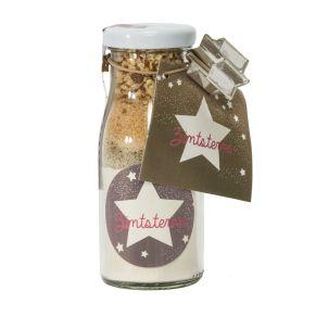 Backmischung für Weihnachtsplätzchen im 150 ml Glasfläschchen. Mit dem Inhalt kann ca. 1 Backblech Kekse gebacken werden, die dann jeweils mit der Streuselmischung aus dem anhängenden Reagenzgläschen verziert werden können. Maße: ca. Ø 5 x H 12 cm, Menge: 130 g, Gewicht: ca. 0,3 kg. Zutaten: WEIZENMEHL, MANDELN, Rohrzucker, Salz. Nährwertangaben: Engelstraum: Brennwert 266,3 kJ (64,5 kcal); Fett 5,59g, davon gesättigte Fettsäuren 0,43g; Kohlenhydrate 0,55g, davon Zucker 0,14g; Eiweiß 2,29g; Salz 0g, , Vanilleküsschen: Brennwert 266,3 kJ (64,5 kcal); Fett 5,59g, davon gesättigte Fettsäuren 0,43g; Kohlenhydrate 0,55g, davon Zucker 0,14g; Eiweiß 2,29g; Salz 0g. Allergiehinweis: Kann Spuren von Erdnüssen und Schalenfrüchten enthalten.<br>