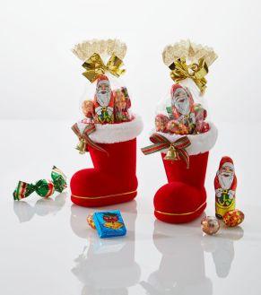Zwei kunstvoll gestaltete Nikolausstiefel aus beflocktem Kunststoff mit Plüschrand, Metallglocke und Schleife. Jeweils gefüllt mit 50 g Schokolade. Jeweils:, 1 Weihnachtsmann (12,5g), 1 Weihnachtspraline, 1 Weihnachts-Eiskonfekt-Täfelchen, 2 Schoko-Zapfen mit Pralinenfüllung, 1 Vollmilch-Schokokugel mit Kakaocreme-Füllung, Maße: je ca. 7,5 x 10 x 11 cm, ca. 50g, Gewicht: ca. 0,3 kg. Zutaten: Zucker, pflanzliches Fett (Palmkern, Palm, Kokos), VOLLMILCHPULVER, Kakaobutter, Kakaomasse, MOLKENPULVER, LAKTOSE, knuspriges Getreide (Reismehl, WEIZENMEHL, Palmöl, WEIZENGLUTEN, Zucker, WEIZENMALZ, WEIZENDEXTROSE, Salz), fettarmes Kakaopulver, 1% Praliné (Zucker, HASELNUSSMARK), Emulgator: Sonnenblumenlecithine, SOJALECITHINE, E476; MAGERMILCHPULVER, Aromen, Reismehl, WEIZENMEHL, WEIZENGLUTEN, WEIZENMALZ, WEIZENDEXTROSE, Salz, natürliches Aroma, SÜSSMOLKENPULVER, Kakaopulver, SOJAMEHL, HASELNUSSMARK, Vanille-Extrakt. Allergiehinweis: Kann Spuren enthalten von anderen SCHALENFRÜCHTEN und EIERN<br>
