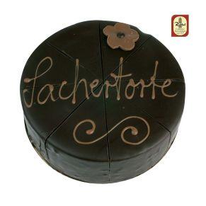 Die beliebteste Torte der Welt. Feiner Schokoladenbiskuit und fruchtige Konfitüre verbinden sich zu einem besonderen Geschmackserlebnis. Überzogen mit Edelzartbitterkuvertüre und mit einem Schriftzug verziert. Voreingeteilt in acht Stücke, Maße: ca. 16 cm Ø, Gewicht: ca. 600 g. Zutaten: Kakaomasse, Zucker, KAKAOBUTTER, BUTTER, VOLLEI, WEIZENMEHL, PFLANZL. FETTE, HASELNÜSSE, MANDELN, Alkohol, Kakaopulver, Aprikosen, Vanille, Gewürze, EMULGATOR: SOJALECITHIN. Nährwertangaben: Energie: 1871 kJ / 446 kcal, Fett: 25,47g davon ges. Fettsäuren: 3,26g, Kohlenhydrate: 44,83g davon Zucker: 38,37g, Eiweiß: 9,80g, Salz: 0,09g. Allergiehinweis: Kann Spuren von Erdnüssen enthalten.<br>