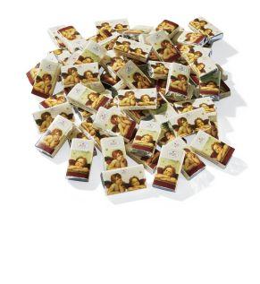 100 Schokotäfelchen aus Edelvollmilchschokolade à ca. 3 g mit Raffael-Engel-Motiv. Edel-Vollmilchschokolade (Kakao: 37% mindestens), im Polybeutel, Gewicht: ca. 0,3 kg. Zutaten: Zucker, Kakaobutter, VOLLMILCHPULVER, Kakaomasse, Emulgator: SOJALECITHINE. Nährwertangaben: Energie 2421 kJ/578 kcal, Eiweiß 6,3g, Kohlenhydrate 50g davon Zucker 49g, Fett 39g davon gesättigte Fettsäuren 24g, Salz 0,2g. Allergiehinweis: Kann Spuren von Schalenfrüchten enthalten<br>