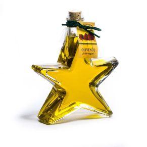 Sternflasche Olivenöl. Beinhaltet 200 ml Olivenöl extra vergine, Gewicht: ca. 0,7 kg. Zutaten: 100% Olivenöl (Säuregehalt 0,33, Peroxidzahl 7,5, Wachsbehalt 1,72, Extinktionskoeffizient 0,10). Nährwertangaben: Durchschnittliche Nährwerte pro 100ml: Energie 3389 kJ / 824 kcal, Fett 91,6g, davon gesättigte Fettsäuren 13,8g, davon einf. ungesättigte Fettsäuren 68,5g, davon mehrf. unges. Fettsäuren 9,3g; Kohlehydrate 0g, Zucker 0g; Eiweiß 0g; Salz 0g.<br>
