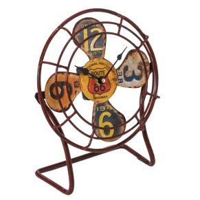 Moderne Uhr im Stil der Route66. Im industrial Style aus alten amerikanischen Nummernschildern, Uhrwerk: Quarzuhrwerk, Batterien: 1 x 1,5V Mignon AA (nicht inklusive), Maße: ca. 23 x 10,5 x 27,5 cm, Gewicht: ca. 0,55 kg, Material: Metall.<br>
