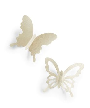 Edle, champagnerfarbene Schmetterlinge in vier verschiedenen Größen Das Set beinhaltet doppelseitige Klebestreifen, 6 Stück mit Ornamentdurchstoß, Maße: Groß je ca. L14 x B14 cm , Mittel je ca. L11 x B11 cm , Klein je ca. L9 x B9 cm , Mini je ca. L7 x B7 cm, Material: Pappe.<br>
