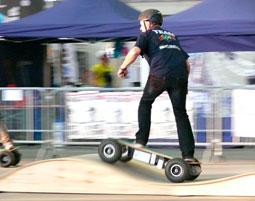 Dieses Skateboard steht unter Strom!