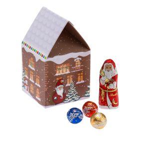 Diese Präsentverpackung in Haus-Form ist mit einer süßen Mischung (ca. 105g) aus dem Haus Lindt & Sprüngli gefüllt. Inhalt: 1 Weihnachtsmann (ca. 10g), 12 Mini-Pralinés (ca. 55g) in den Geschmacksrichtungen Doppelmilch-Schneebällchen, Weihnachtstraum, Lindor-Lilliput-Kugeln. Zutaten: Zucker, Kakaobutter, VOLLMILCHPULVER,Kakaomasse, pflanzliches Fett (Kokosnuss, Palmkern), MILCHZUCKER, BUTTEREINFETT, MAGERMILCHPULVER, HASELNÜSSE, Emulgator (SOJALECITHIN), GERSTENMALZEXTRAKT, Aromen.. Nährwertangaben: 100g enthalten durchschnittlich: Energie 2460 kJ (591 kcal); Fett 41g, davon gesättigte Fettsäuren 27g; Kohlenhydrate 49g, davon Zucker 46g; Eiweiß 5,9g; Salz 0,13g. Allergiehinweis: Kann andere Schalenfrüchte enthalten.