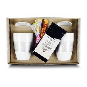 Hier wird der Tee oder Kaffee lange warmgehalten. Dafür sorgen die 2 Thermobecher aus Porzellan von Rastal mit silberfarbenem Dekor. Mit im Set sind 2 Ablageschälchen, 50 g Rooibos- Tee und 4 Zuckersticks als Erstausstattung. Alles zusammen ist liebevoll verpackt in einem naturfarbenen Geschenkkarton mit Banderole. Ca. L33 x B21 x H10 cm, Material: Porzellan. Zutaten: Rotbuschtee, Aroma, Vanille (1%)..