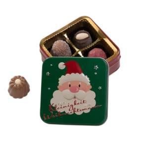 Niedliche gefüllte Präsentdose aus Metall mit weihnachtlichem Motiv. Gefüllt mit 50g (4 Stück) Pralinen und Trüffel, Maße: Dose ca. B8,5 x T8,5 x H3,5 cm. Zutaten: Kakaomasse, Zucker, Kakaobutter, VOLLMILCHPULVER, SAHNE, BUTTER, Alkohol, MANDELN, HAS
