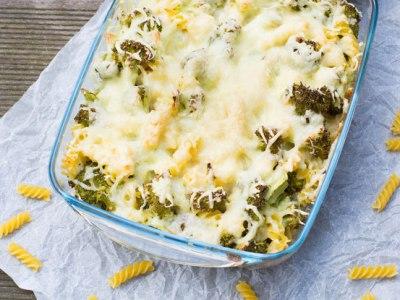 Hier ist kein Brokkoli - Käse Nudelauflauf zu sehen. Der Auflauf wurde von oben fotografiert.