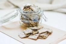 Auf diesem Bild sind zuckerfreie Cracker zu sehen. Sie werden von vorne fotografiert und werden in einem Glas aufbewahrt.