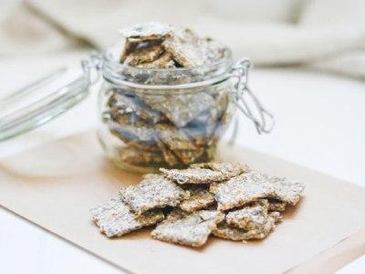 Hier sind zuckerfreie Cracker zu sehen. Die Cracker werden in einem kleinen Gals aufbewahrt, welches sich Luftdicht verschließen lässt.