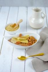 Auf diesem Bild kannst du einen zuckerfreien Schoko - Buchweizen Porridge sehen.