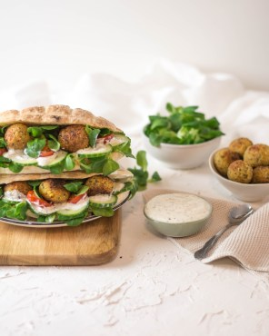 Auf dem Bild ist ein Fladenbrot gefüllt mit Falafel zu sehen. Die Falafel wurden aus einer Falafel - Fertigmischung zubereitet.
