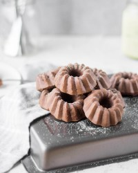 Zuckerfreie mini Schoko - Gugelhupf wurden von vorne fotografiert und liegen auf einem Backblech.