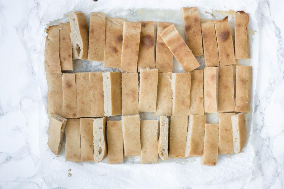 Der Biskuitteig wird in Löffelbiskuit große Stücke geschnitten und von oben fotografiert.