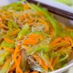 Süß-sauer Salat mit dreierlei Streifen