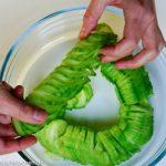 chinesischer Gurkensalat wie Stroh-Regenjacke