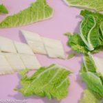 Hackbällchen Suppe: Chinakohl schneiden
