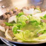 Hackbällchen Suppe mit Chinakohl und Glasnudeln: beim Kochen