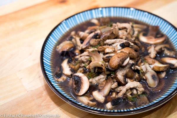 蘑菇炒肉-Pilze mit Fleisch gebraten