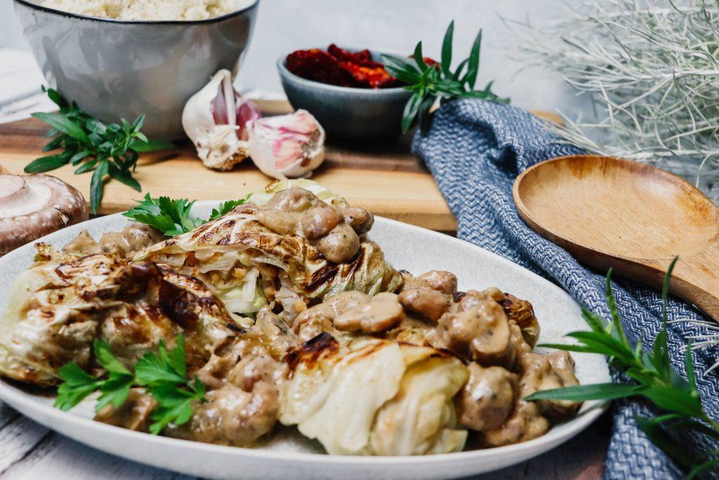 Spitzkohl-Röllchen in cremiger Pilzsauce
