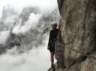 Bergsteigerin mit wolkiger Aussicht