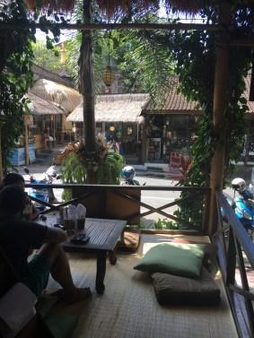 Blick vom Juice Ja Café auf die Strasse