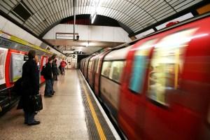 Menschen in der U Bahn Einkaufstrolley