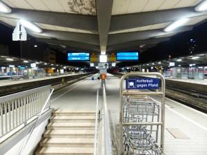Treppenstufen Bahnhof Einkaufstrolley mit Treppensteiger Funktion Einkaufstrolley-Vergleich.de