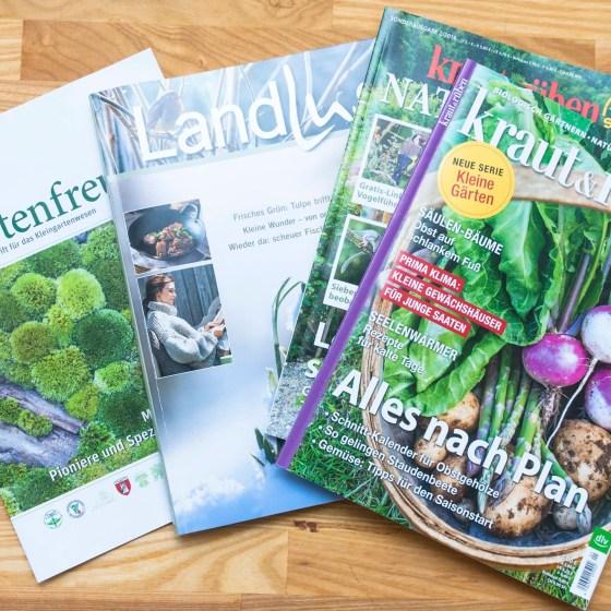 Verschiedene Gartenzeitschriften liegen auf einem Tisch.